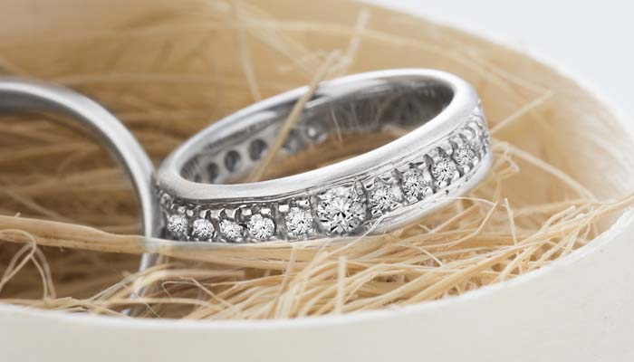 b35826c59 As alianças com diamantes completas são consideradas o anel ideal como  alternativa ao clássico anel de noivado de diamantes.